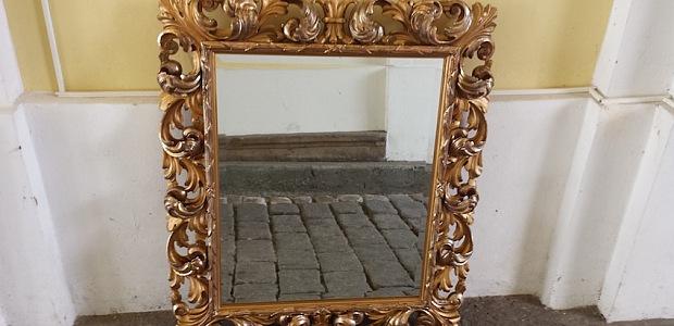 Zrcadla v rámu